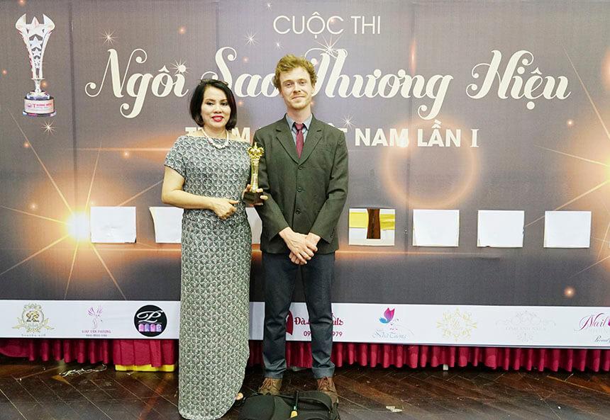 Hoa hậu thế giới doanh nhân Tô Thị Phượng (trái), giám đốc thẩm mỹ Hồng Kông nhận cúp vàng Ngôi sao thương hiệu