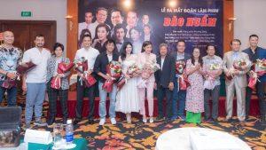"""Thanh Bi (váy trắng) xinh đẹp nổi bật trong buổi ra mắt đoàn làm phim """"Bão ngầm"""""""