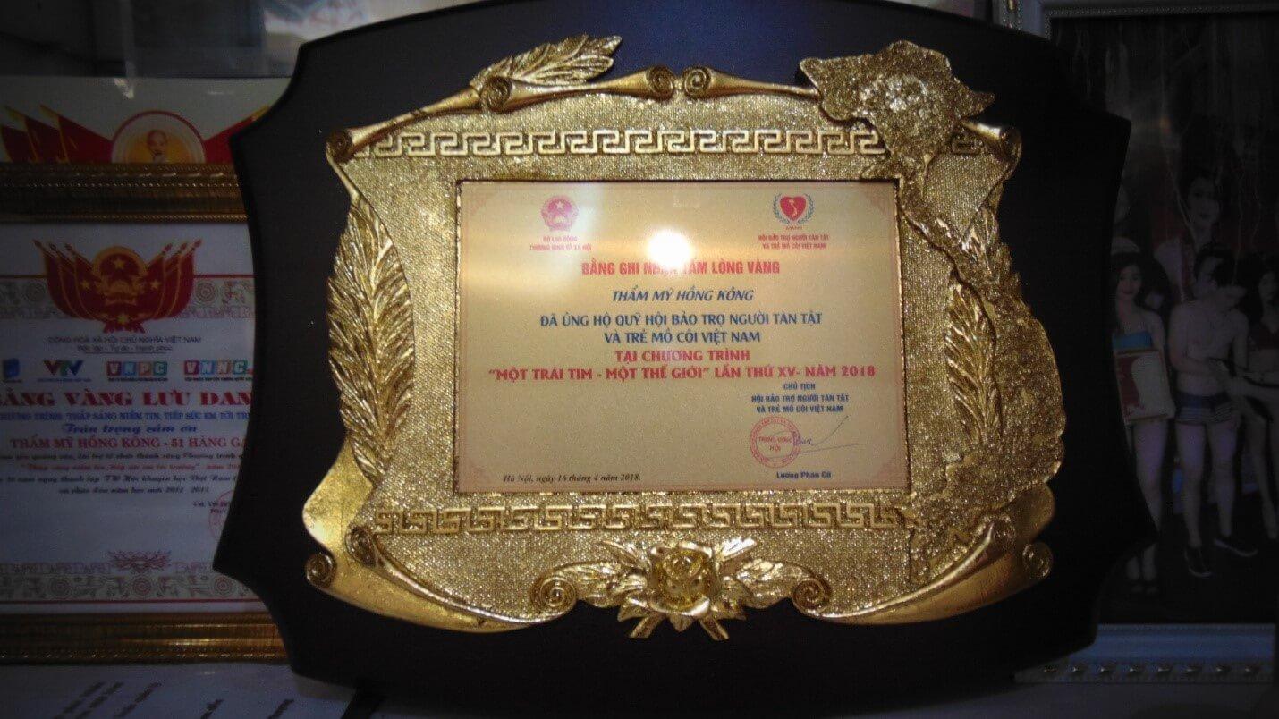 Một trong số rất nhiều những chứng nhận công tác từ thiện của doanh nhân Phượng Hồng Kông