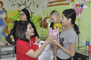 Doanh nhân Phượng Hồng Kông trong một chương trình từ thiện