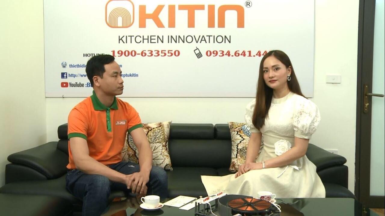 Chị Thanh khoe với chồng bức hình diễn viên Lan Phương tới tham nhà máy và mua bếp từ Kitin