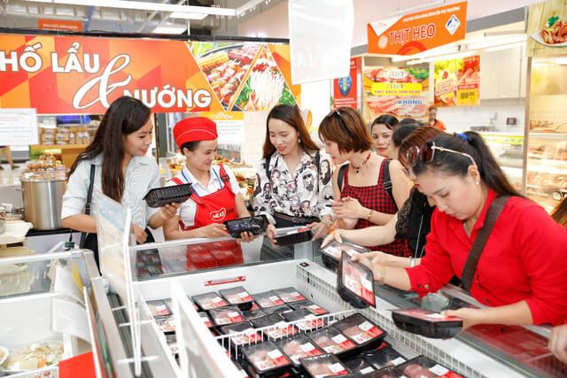 Người tiêu dùng mua thịt sạch MEATDeli tại một siêu thị