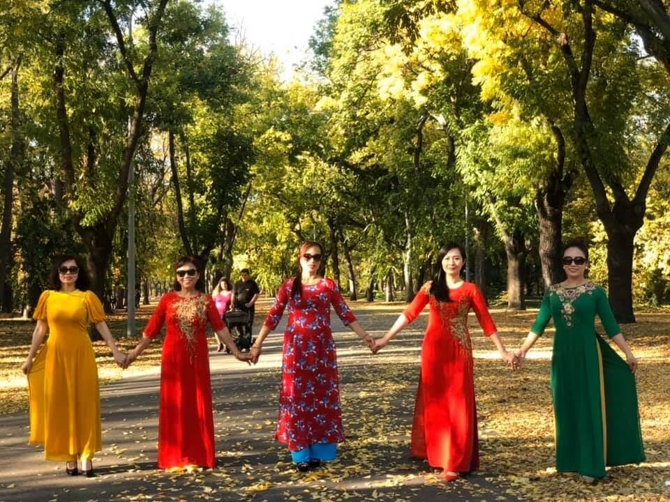 Chị Lê Thanh chụp ảnh cùng bạn bè tại Hungary