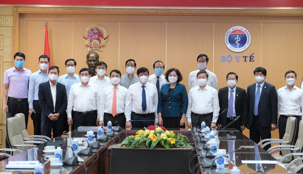 Bộ trưởng Bộ Y tế, Thống đốc NHNN chụp ảnh cùng đại diện các đơn vị tài trợ tại buổi lễ